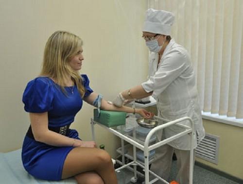 женщина сдает кровь на анализ
