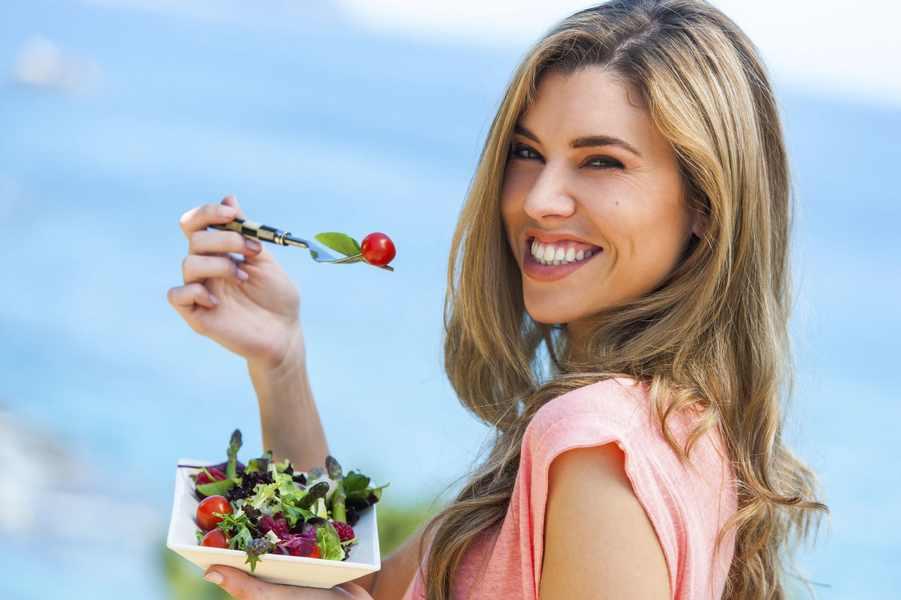 женщина ест салат