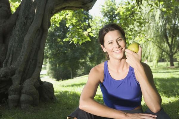 С яблоком в руке