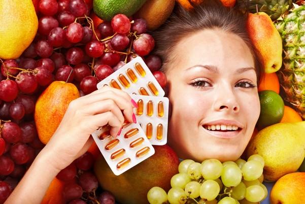 Девушка и витамины