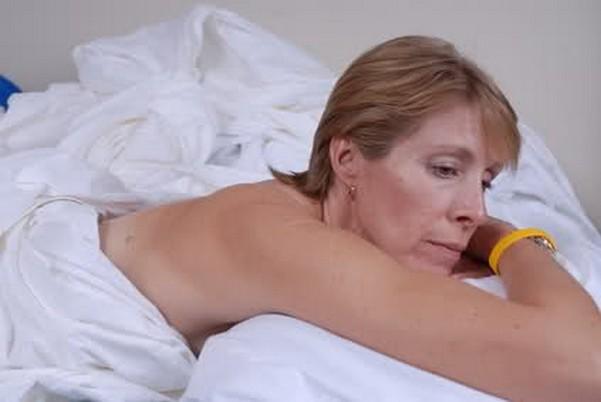 Женщина лежит в пастеле