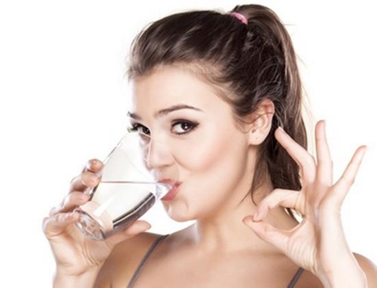 женщина запивает капли