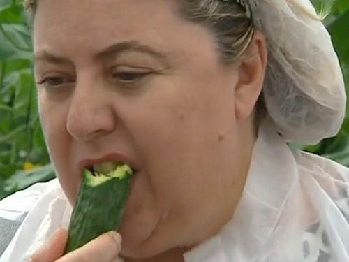 женщина ест огурец